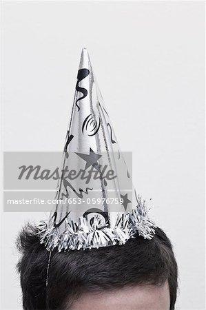 Un homme coiffé d'un chapeau de fête du nouvel an, dessu de la tête