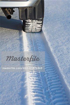 Piste de pneu sur la neige