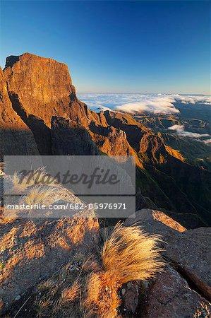 Sentinel peak de l'amphithéâtre, du Drakensberg en Afrique du Sud