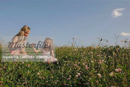 Mère et fille dans le champ, la Province du Western Cape, en Afrique du Sud