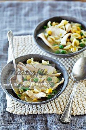 Soupe poulet et nouilles aux petits pois et maïs doux