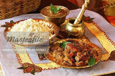 Indisch kochen. Süß-sauren Lamm Würfel serviert mit Reis und Limri Chutney