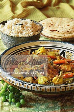 Cuisine indienne. Le poulet frit et aromatique riz servi avec carottes et pommes de terre