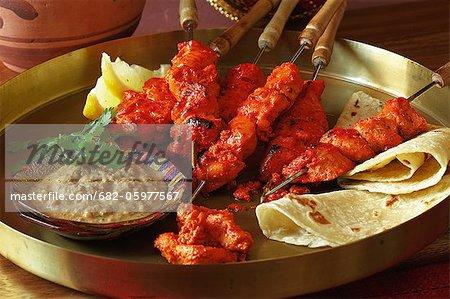 Indisch kochen. Flamme oder Backofen gegrilltes Huhn Tikka, serviert mit Erdnuss-Chutney und roti