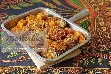 Traditionnelle africaine de cuisson. Patates douces et légume cuire au four avec courgettes et la courge musquée