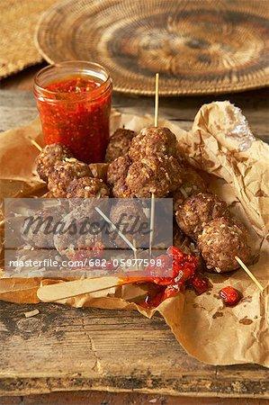 Traditionnelle africaine de cuisson. Suya. Shish kebab avec viande de bœuf hachée, arachides, oignons et le gingembre