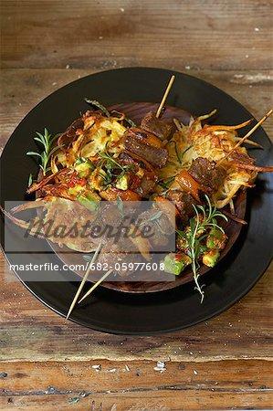 Traditionelle Afrikanisch kochen. Strauß-Spieße Lammbraten mit würzigem Obst-chutney