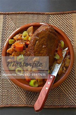 Traditionnelle africaine de cuisson. Rôti de boeuf. Ingrédients : viande, pommes de terre, oignons, poireaux