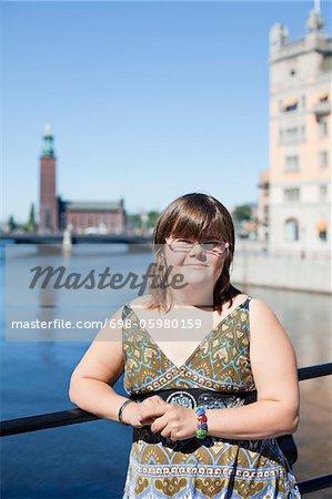 Porträt unschuldige Frau mit Down-Syndrom, die lächelnd im freien