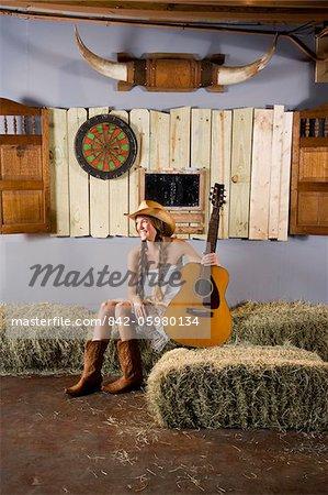 Fille de la campagne occidentale avec guitare