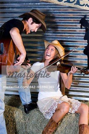 Musique country, couple, jouer de la guitare et violon