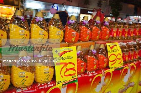 Stall verkaufen Öl im Zentrum der Stadt Kaiping bei Nacht, Kaiping, Guangdong Province, China