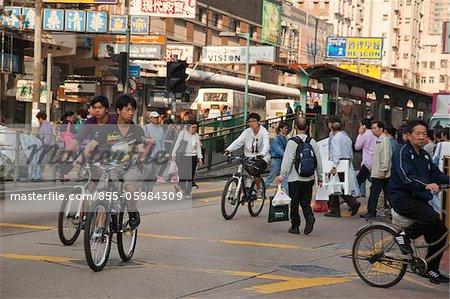 Menschen, die Kreuzung bei Yuen Long, New Territories, Hong Kong