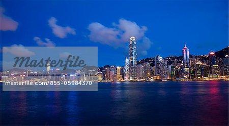 Hong Kong Skyline aus West Kowloon am Abend