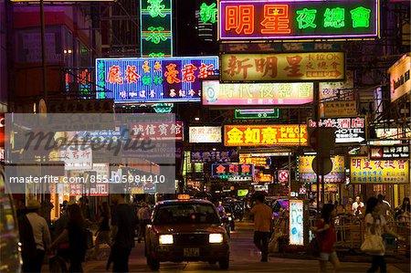 Paysage urbain à Mongkok à nuit, Kowloon, Hong Kong