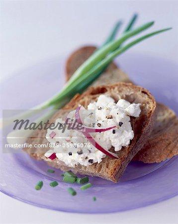 Fromage cottage et la ciboulette sur pain
