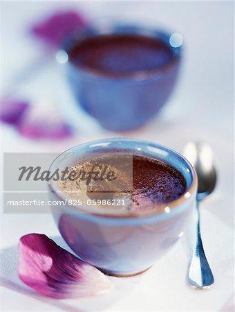 Schalen mit Zimt Schokolade Creme dessert