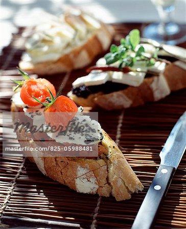 Mozzarella, basilic et tomates conservées sandwichs