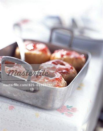 Pommes au four avec de la gelée de groseille