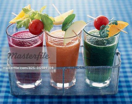 Verres smoothies de fruits et vegatable