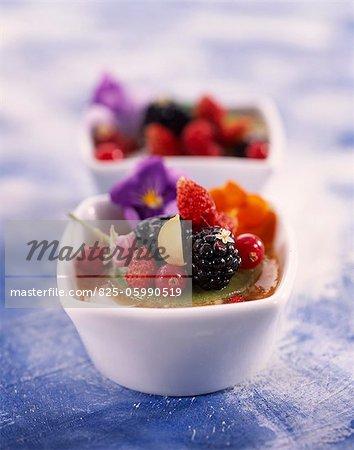 soupe rose et orange avec fruits d'été