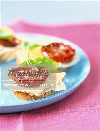 parmesan et conserve de tomate sur le pain