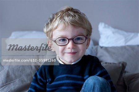 Kleiner Junge saß auf dem Bett, Porträt