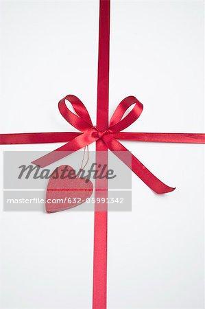Geschenk dekoriert mit Schleife und Herz
