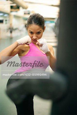 Junge Frau quicklebendig Boxsack