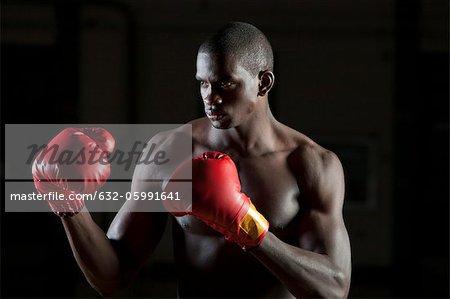 Boxer tragen Boxhandschuhe bei der Bekämpfung von Haltung, Porträt