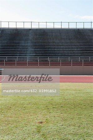 Stade vide et une piste de course