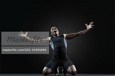 Athlète masculin à genoux et en criant avec désespoir