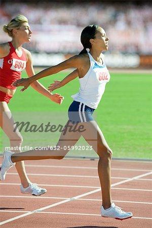 Weibliche Läufer Überquerung der Ziellinie Rennen