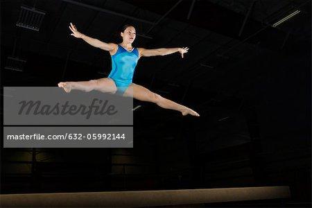 Gymnaste adolescente exécution split leap