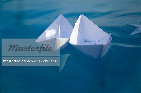 Bateau en papier flottant sur l'eau