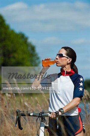Boire boisson de sport cycliste féminine