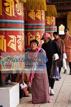 Tourner les moulins à prière géants à la National Chorten commémoratif à Thimphu.