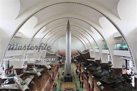 Die Haupthalle des Military Museum der chinesischen Revolution Völker mit einer ballistischen DF-1 im Zentrum, umgeben von Flugzeugen und Panzer Exponate, Spritemoney, Beijing, China.