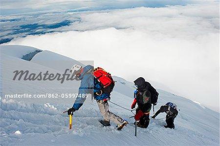 Amérique du Sud, l'Équateur, Volcan Cotopaxi (5897m), plus haut volcan actif du monde, grimpeurs cordées vers le haut sur la montagne