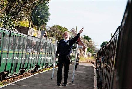 Chef de gare à la station de sables de Romney, Romney, Hythe et Dymchurch Railway, Kent, Royaume-Uni