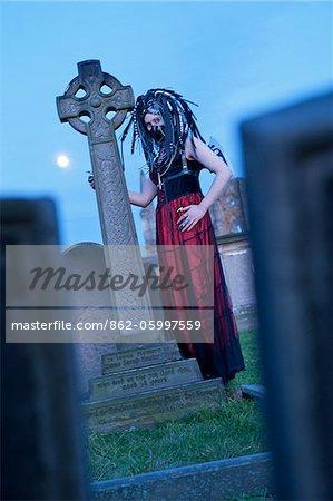 Goth Festival, Whitby, North Yorkshire. Deux fois par an en avril et en octobre, les Goths de toute l'Europe se réunissent dans la ville côtière de Whitby, pour célébrer la tradition gothique.