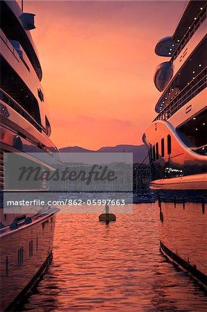 La Fontonne, Antibes, Provence-Alpes-Cote d ' Azur, Frankreich. Luxus Superyachten vertäut im Hafen Vauban - Club Nautique d ' Antibes bei Sonnenuntergang