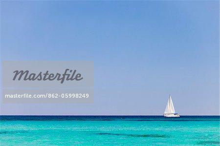 Italie, Sardaigne, Olbia-Tempo, Berchidda. Un bateau à voile dehors en mer.