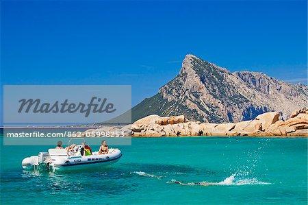 Italie, Sardaigne, Olbia-Tempo, Monte Petrosu. Touristes de profiter du paysage en bateau.