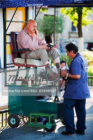 L'Amérique du Nord, Mexique, Guadalajara, un homme ayant ses chaussures a brillé