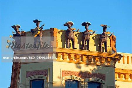 North America, Mexico, Guadalajara, un bâtiment décoré de figures bande mariachi