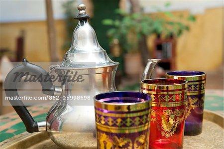 Traditionelle Gläsern und Tee Topf für Pfefferminztee, Riad Magi, Marrakesch