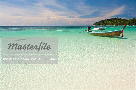 Thaïlande, Province de Satun, Koh Lipe. Un bateau amarré au large de Pattaya Beach.