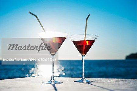 Martinis avec paillettes sur la table à l'extérieur