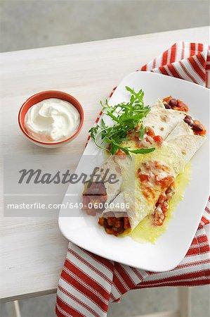 Teller mit Burritos mit Sauerrahm